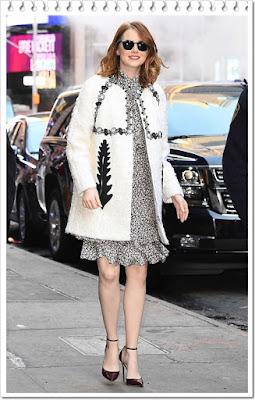 エマ・ストーン(Emma Stone)は、レイバン(Ray-Ban)のサングラス、モンクレール(Mocler)のコート、マイケルコース(Michael Kors)のフローラルフリルワンピース、ジミチュウ(Jimmy Choo)のパンプスを着用。