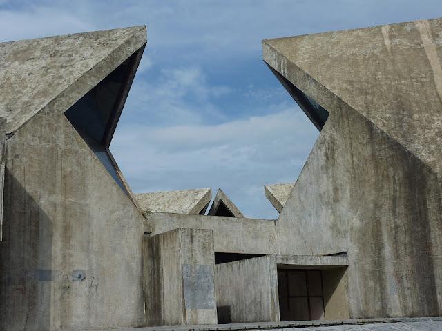 majestic plumage glorious beton brut kolasin 39 s spomenik. Black Bedroom Furniture Sets. Home Design Ideas