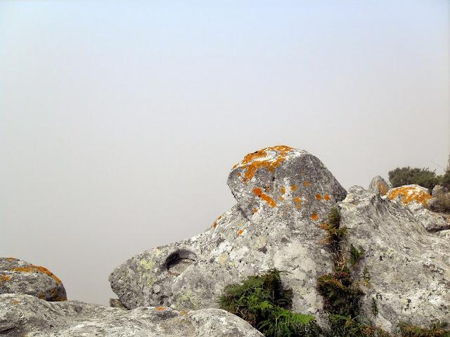 mirador con niebla en las islas Cíes Galicia