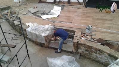 Bizzarri fazendo a construção da escada de pedra com as pisadas com pedra Carranca tipo cacão de pedra e nos espelhos da escada com chapinha de pedra moledo e nas laterais as muretas de pedra moledo. 03 de novembro de 2016.