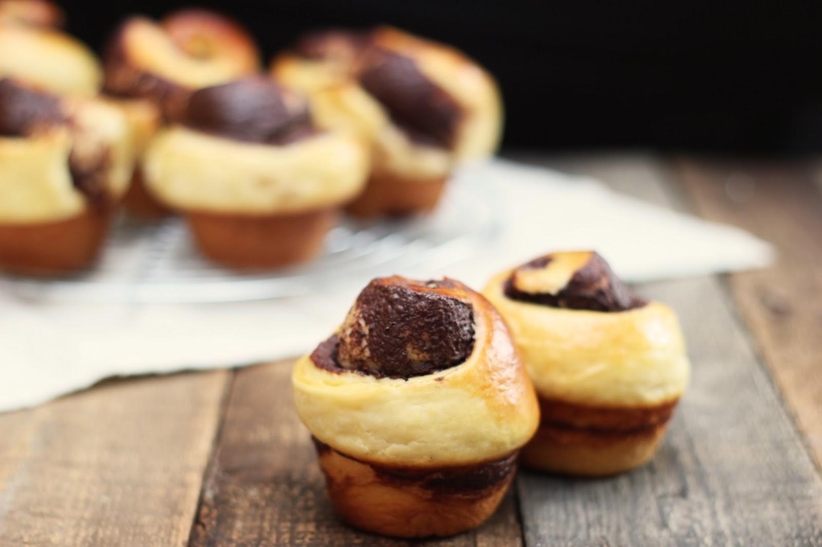 Pour changer un peu des cinamons rolls, découvrez cette délicieuse recette de brioches roulées au chocolat !
