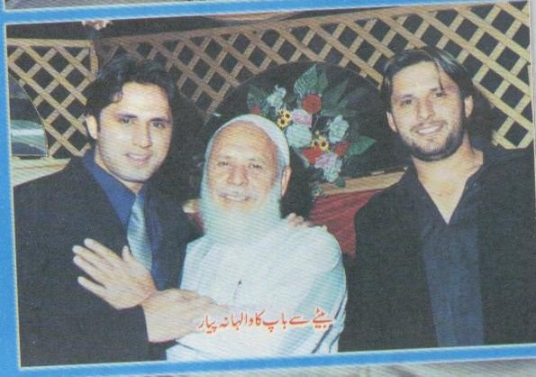 Shahid Afridi With His Father And Brother Photo
