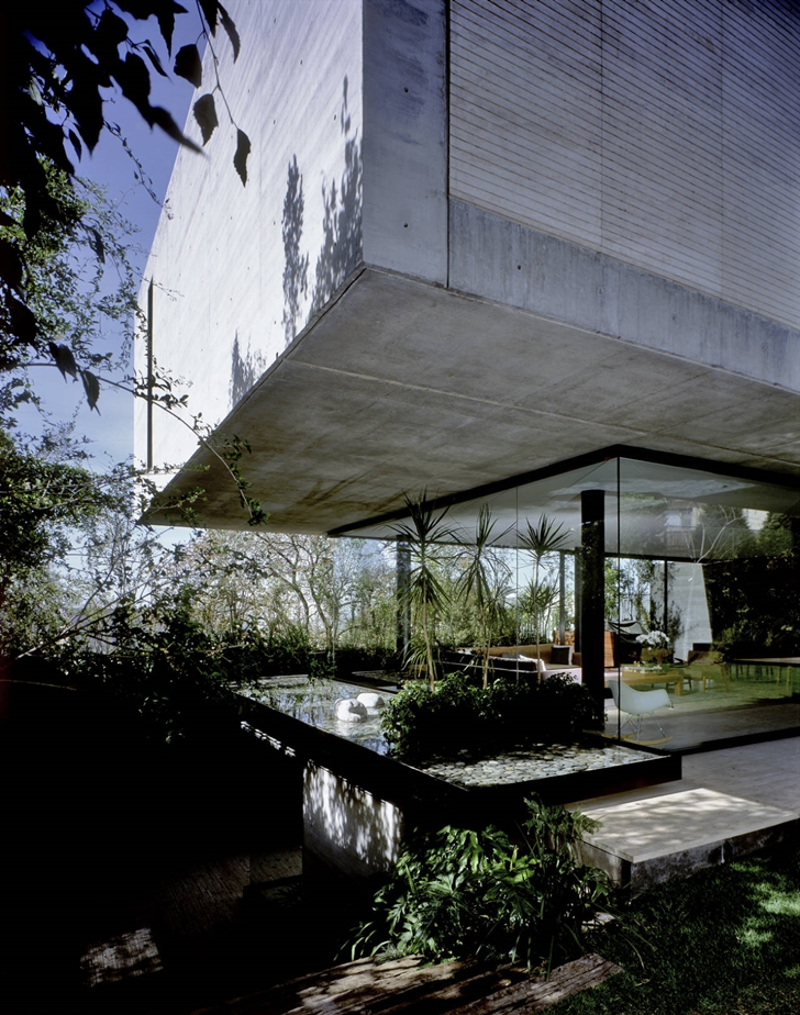 Glass and concrete facade on House La Punta by Central de Arquitectura