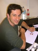 """Et voici l'avant dernier """"Art of"""" de l'année et cette fois j'ai décidé de vous plonger dans l'univers graphique d'un artiste français.  Richard Isanove est un coloriste et dessinateur de comics né en 1968 en France.  Après avoir étudié le cinéma, la vidéo et l'animation aux Arts déco, il part en 1994 aux États-Unis pour étudier l'animation au California Institute of the Arts. À la fin de ses études, il décide de rester un peu plus longtemps aux États-Unis et cherche un travail. Il rencontre alors Brian Haberlin, qui à l'époque dirige le département couleurs de Top Cow. Celui-ci apprécie son portfolio et décide de l'embaucher.   Un an après, Brian Haberlin part travailler pour Todd McFarlane sur Spawn et Richard Isanove le remplace .   Il colorise la série de Peterson: Arcanum tout en continuant à superviser les autres coloristes, ce qui représente une importante charge de travail, le studio ayant pris de l'ampleur. Après un an et demi à ce rythme, il décide de changer de voie et de travailler en free-lance pour plusieurs maisons d'édition, de DC à Marvel.  Depuis 2001, il travaille principalement pour , chez qui il colorise  certaines des séries principales, notamment Daredevil, X-Men, Spiderman et Iron Man et les mini-séries 1602, Wolverine: Origins et La Tour sombre d'après l'œuvre de Stephen King, mais aussi en ecrivant et en illustrant un story arc sur la série Savage Wolverine. Alors ouvrez bien vos yeux et laissez-vous emporter par """"The Art Of Richard Isanove""""!!!!"""