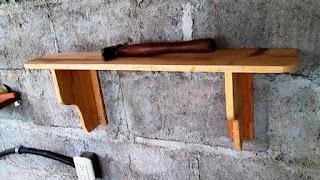 Repisa con soportes de madera