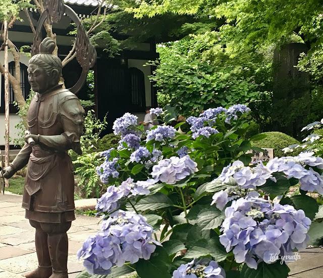 Hortensias y figura en el templo Hase Dera