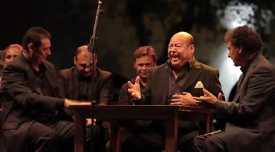 Manuel Moneo con la familia Moneo. Luis Moneo, El Barullo, Juan Moneo... simulando el cante en un tabanco en la Fiesta de la Bulería de Jerez