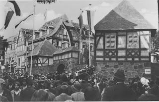 Bergsträßer Winzerfest 1929, Winzerdorf auf dem Bensheimer Marktplatz, Gestaltung Joseph Stoll, Quelle: Nachlass Joseph Stoll, Bensheim, Kennung: NLJS_00020.jpg, eingescannt 600 dpi, Stoll-Berberich 2015
