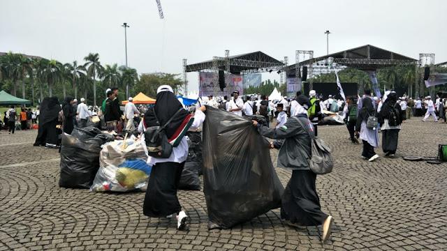 217 Ton Sampah Terkumpul dari Aksi Reuni 212 di Monas