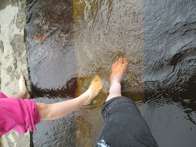 vesi, joki, jalat, kahlausta