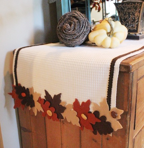 15 AWESOME Gratitude Filled THANKSGIVING DAY Ideas - TABLE RUNNER