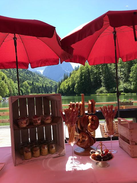 Buffet zum Hochzeitsempfang, Berghochzeit am Riessersee in Garmisch-Partenkirchen, Bayern, Hochzeitshotel, Hochzeitsplanerin Uschi Glas, Apricot, Rosé, Marsalla, Pastelltöne