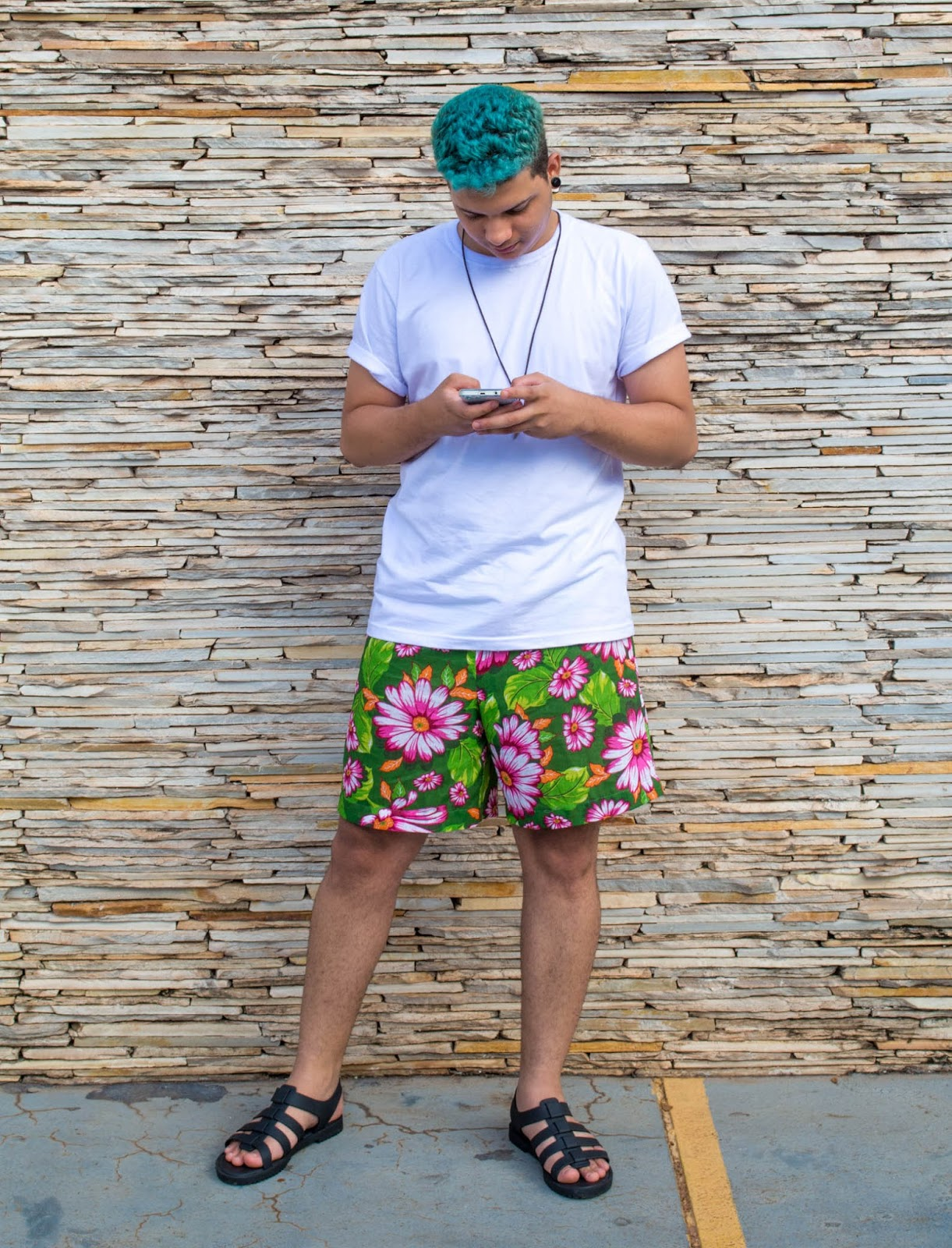 Look masculino com short floral, melissa flox,