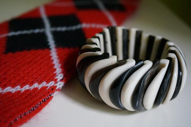 un bracelet noir / blanc et des chaussettes de ski  70s ski socks - 2 tone bracelet