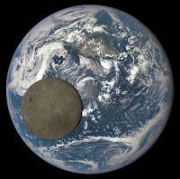 Луна на фоне Земли - снимок НАСА