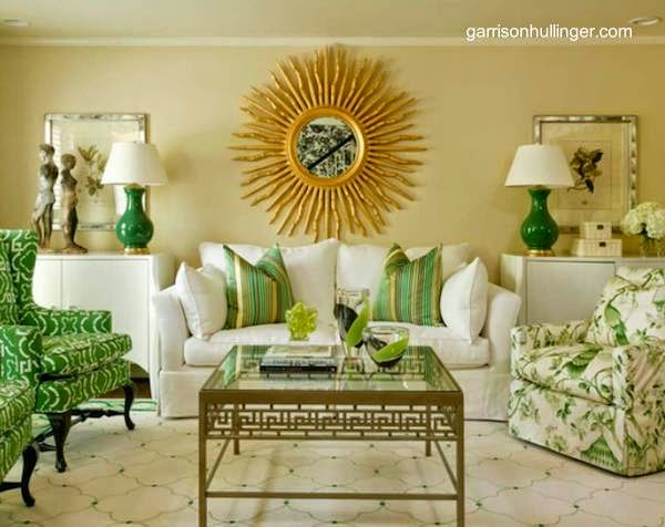 Decoración interior de una sala de estar en verde y dorado