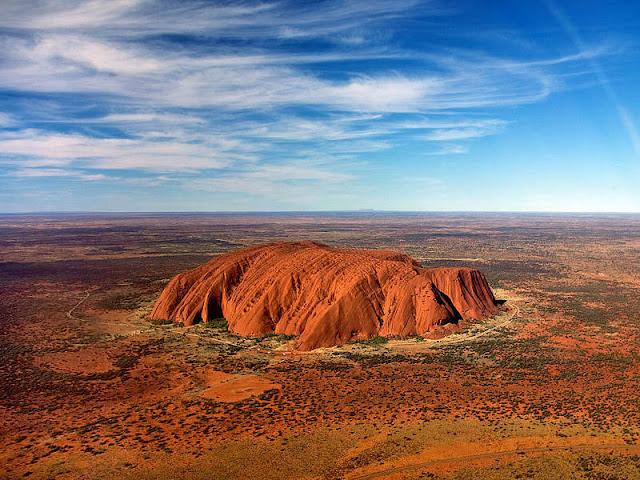 Imagem aérea de um rochedo isolado em uma planície