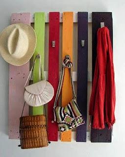 http://manualidadesreciclables.com/14790/perchero-de-palets