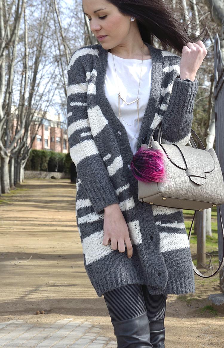 pantalón-moto-piel-cardigan-lana-look-casual-trends-gallery-outfit