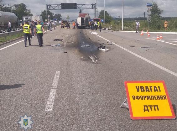 На трасі в Житомирській області зіткнулися рейсова маршрутка та вантажівка з напівпричепом, загинули 11 осіб