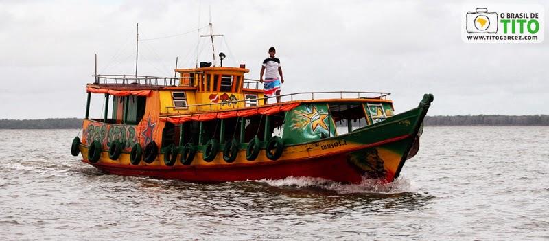 Embarcação navega através da baía de Marapanim, entre Marudá e Algodoal, no Pará