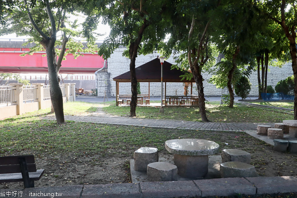 烏日機車考照練習場位於朝天宮媽祖廟旁,還有湖日公園可休閒運動