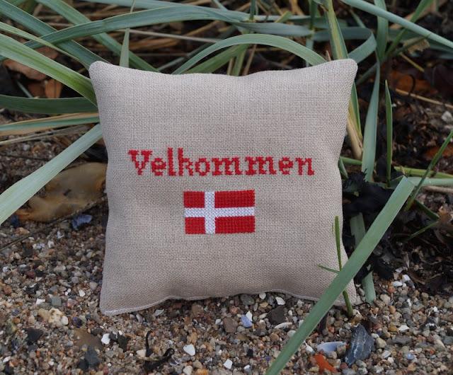Wenn das Herz für Dänemark schlägt... Hier stelle ich Euch Michael vor, der den fejo.dk Shop leitet, und mit ganz viel Herz tolle dänische Produkte und Leckereien für Euch versendet. Hier bekommt Ihr original dänische Spezialitäten und Euer Stück Dänemark für Zuhause, z.B. ein Deko-Kissen von Lille Danmark mit Dannebrog-Motiv!