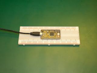 Placa Prop S em funcionamento, montada numa placa de ensaio. O LED indica que a placa está a ser alimentada.