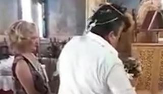 Τρίκαλα: Ο γαμπρός «ξενύχιασε» τη νύφη την ώρα του γάμου – Απίθανες εικόνες μπροστά στον παπά – video