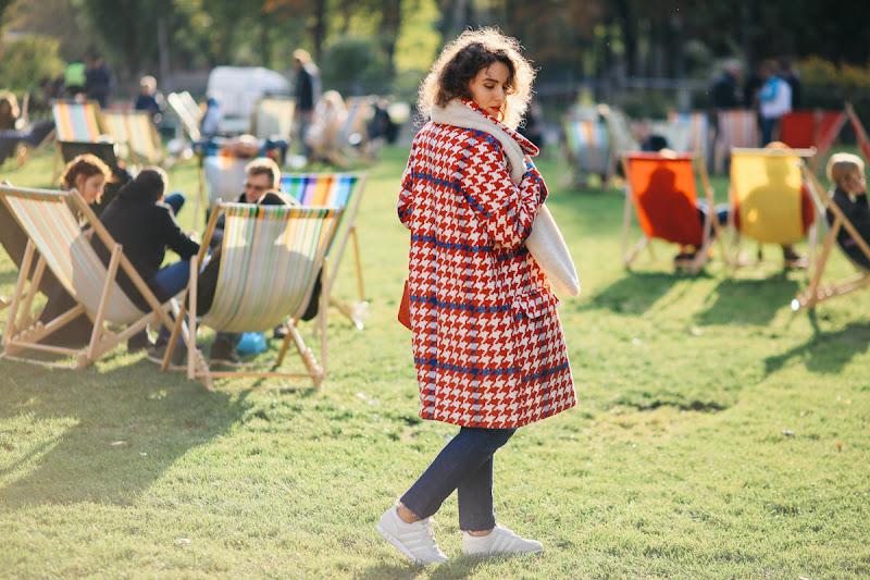 образ в красном пальто