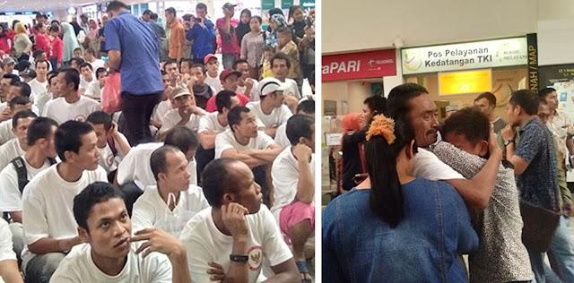 Para TKI yang dipulangkan saat mendapat pengarahan. Keluarga menyambut para TKI yang baru dipulangkan dari Malaysia dengan isak tangis.