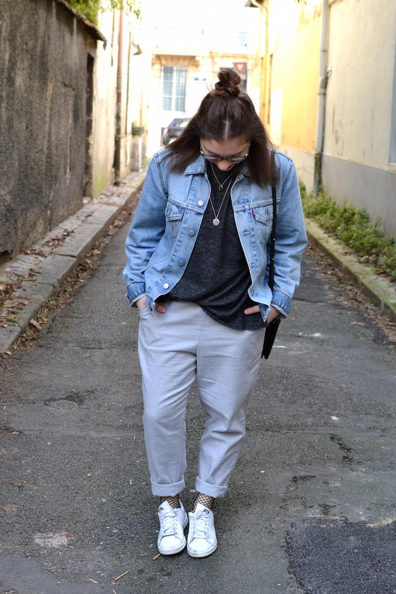 veste en jean Levi's, pull gris foncé zara, pantalon coton gris princesse tam tam, stan smith, trio bag céline