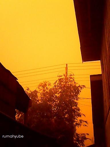 langit pun berubah warna menjadi kuning