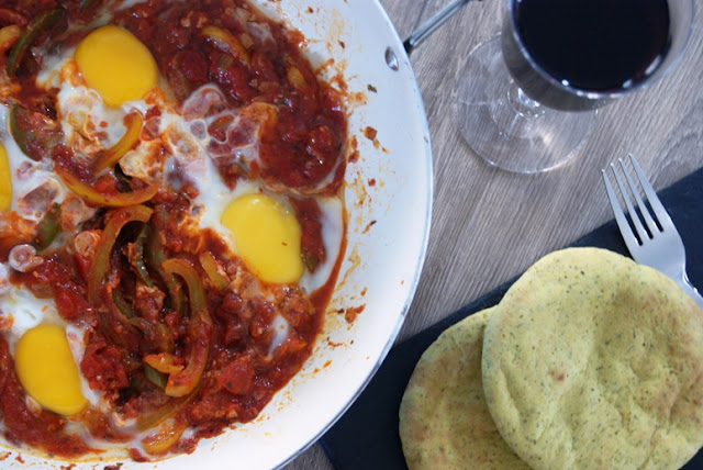 marokańskie przepisy, marokańskie śniadanie, kuchnie świata przepis, cudowne śniadanie, pomysł na fajne śniadanie, aromatyczna kolacja we dwoje, przepis na kolację, kolacja maroko, jajka w sosie pomidorowym, szybkie danie dla gości
