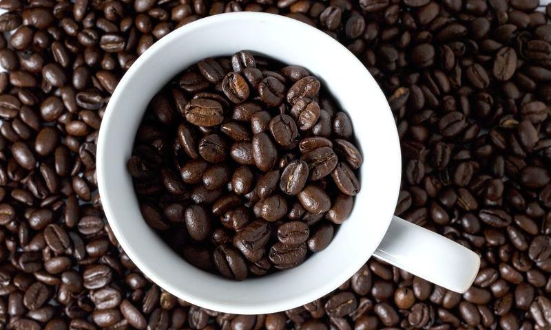 Καφεΐνη, αλκοόλ & πιθανότητες σύλληψης: Τι ισχύει για άνδρες & γυναίκες