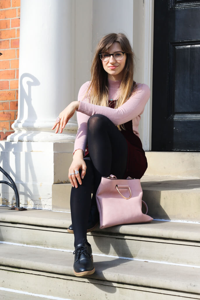 fashion blogger wearing glasses