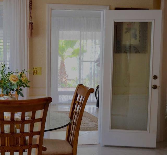 Model Daun Pintu Tunggal Minimalis Perpaduan dengan Kaca