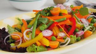 Todos nosotros conocemos las típicas ensaladas de verduras crudas esas que nos mandan cuando empezamos una dieta, lastimosamente estas ensaladas son bastante despreciadas entre sus comensales, algunos la critican por su simplicidad, por su falta de sabor, porque pueden traer enfermedades si no se tratan bien, etc.