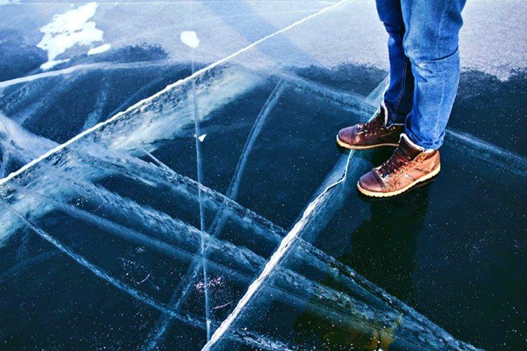 Kırılmak üzere olan ince bir buz tabakasında sakın hareket etmeyin, yere uzanın ve tüm vücut ağırlığınızı eşit olarak dağatın.