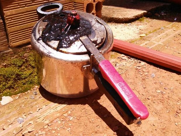 Panela de pressão esquecida no fogo causa princípio de incêndio
