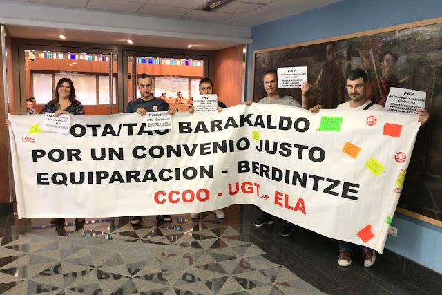 Protesta de los trabajadores ante el salón de plenos