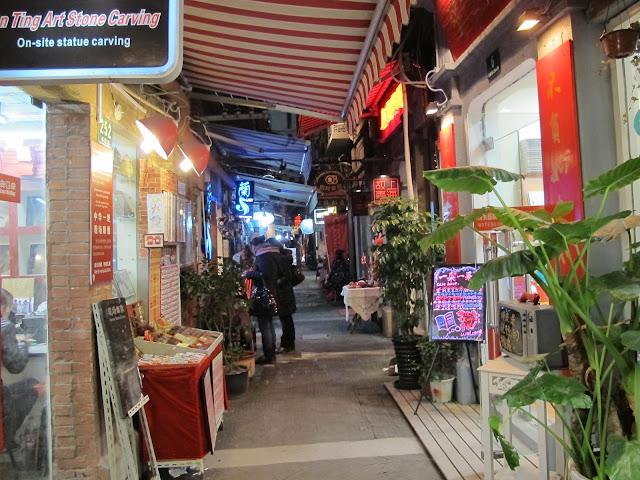 「對了。去上海吧!」Yes。Go Shanghai!「好了。到大陸工作吧!」: 上海泰康路田子坊老作坊裡的藝術天地 Tianzifang
