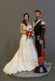 statuine torta gus nuziale sposini luxury alta uniforme rose rosse calle orme magiche