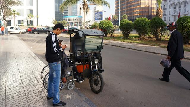 На фото - юноша, инвалид в коляске, мужчика на улице Касабланки