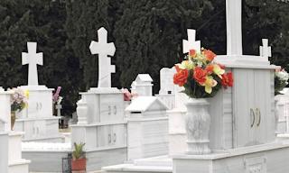 Φρίκη στο Γ' Νεκροταφείο: Την έθαψαν όρθια σε πλαστικό φέρετρο