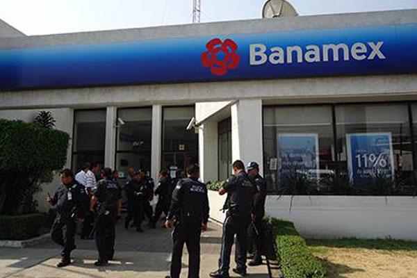 Resultado de imagen para Dos hombres armados con pistolas tras amagar a un empleado