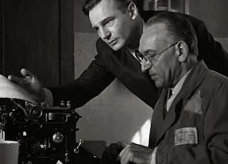 Oskar Schindler Verificando a Lista