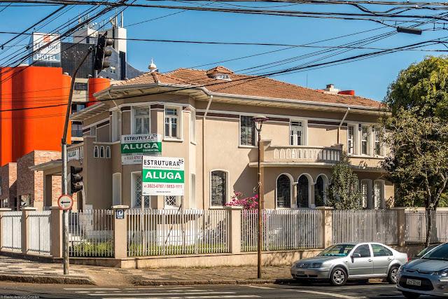 Na esquina da Av. do Batel com a Rua Alferes Ângelo Sampaio