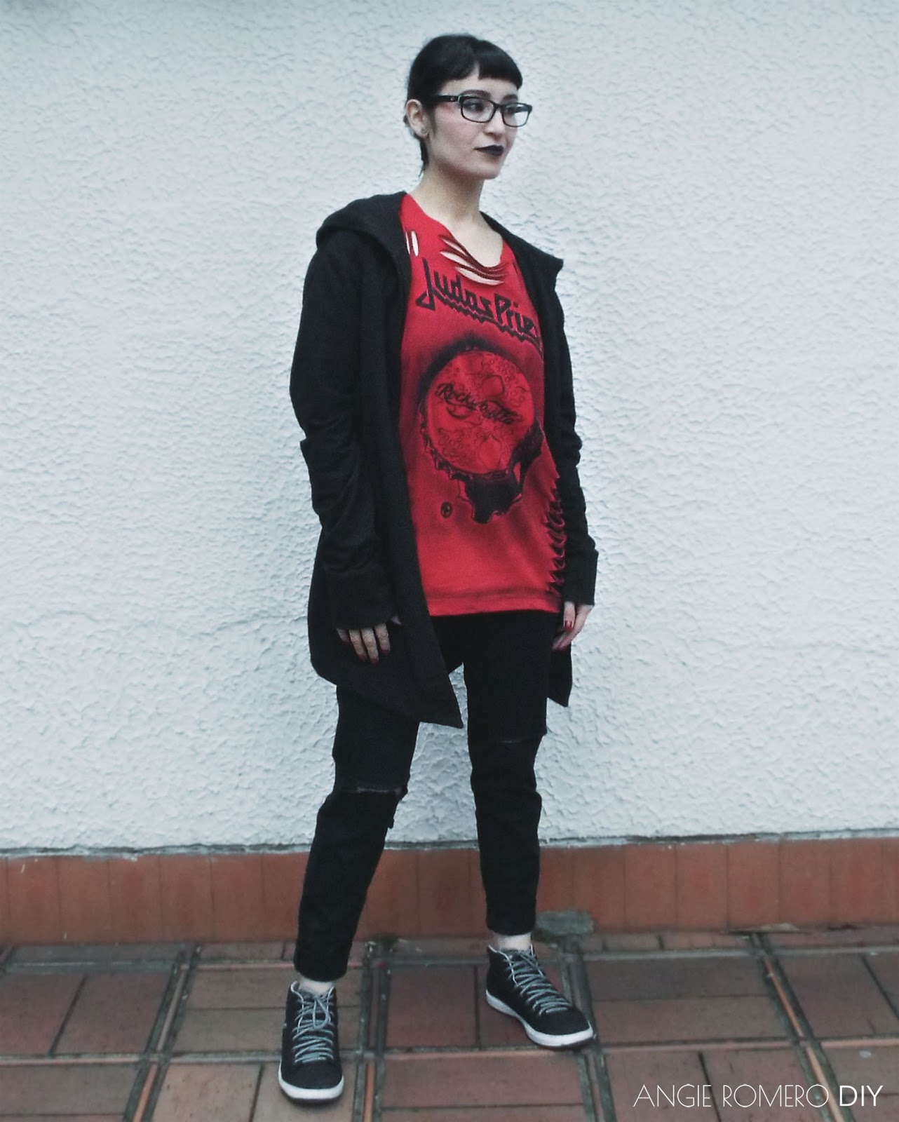 Dark Street Style: Look alternativo y talla grande con camiseta de metal destruida
