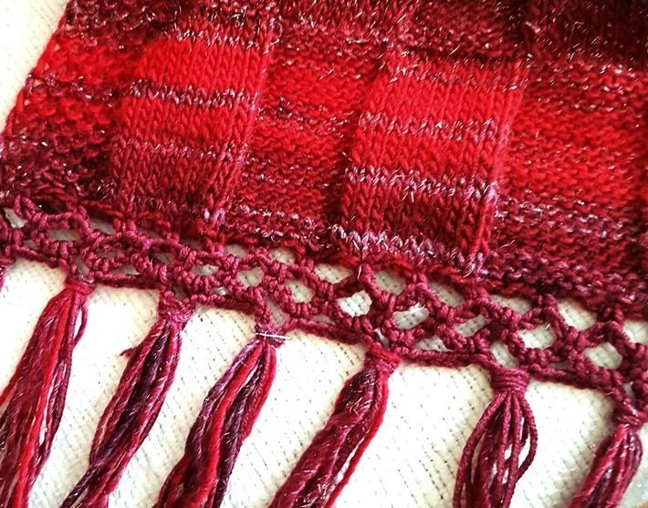 Roter Schal mit Häkelborte und Fransen